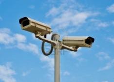 13080771-dos-camaras-de-vigilancia-instaladas-en-el-polo-para-supervisar-la-obra-de-construccion