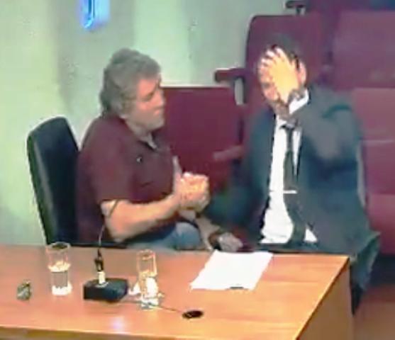 Captura de video de audiencia cautelar,  momento en que Di Benedetto saluda a su defensor luego de escuchar la decisión de Révori
