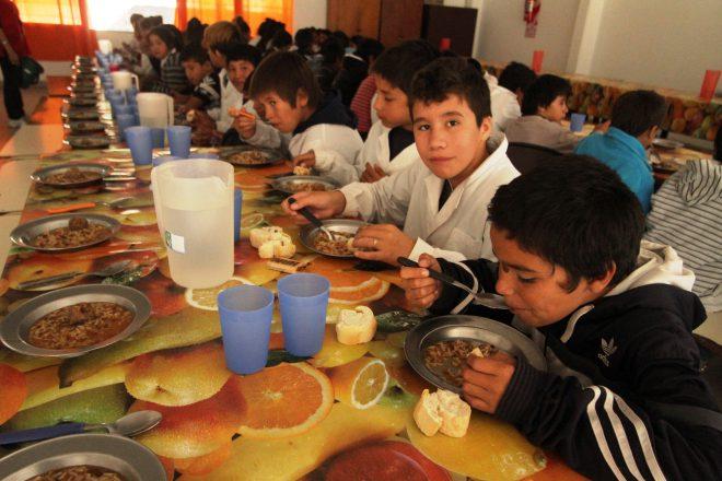 La provincia volvió a aumentar los servicios alimentarios escolares