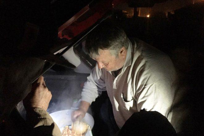 Solidaridad en tiempos de cuarentena: todas las noches cocinan para vecinos de Villa Moisés