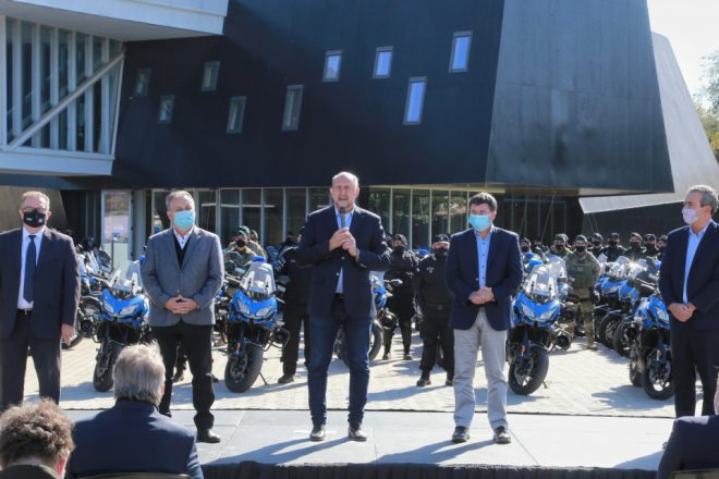 Perotti y Lagna entregaron 80 motos a la policía, 14 vienen a General López