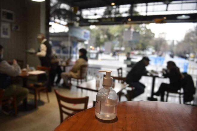 Flexibilización de las restricciones: bares hasta la medianoche y reuniones sociales con un máximo de 10 personas