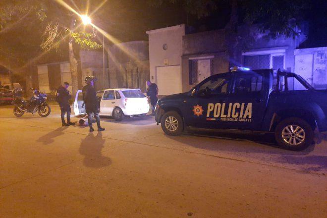 Un conductor huyó de un control, chocó un patrullero y lesionó a un policía